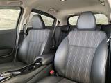 座る方を優しく包み込んでくれるようなシートでありながら、機敏な動きでもしっかりと体の軸を支えてくれるハイパフォーマンスなフロントシートです。