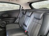 後部座席はセンター部分を倒す事で肘置きを出すことができ、長時間のドライブも快適にお過ごし頂ける様になっております。