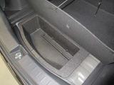 トランク下にはブースターケーブルなど小物を入れるスペースがあります