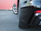 オプションのダイナミックオールホイールステアリングが装備されています。後輪タイヤが最大5度回転することにより、車両の最小回転半径はなんと5.2mまで小さくなります。