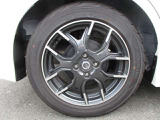 純正16インチアルミには、195ー55ーR16サイズのタイヤが装着されています。