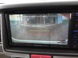 シフトレバーを「R」位置に入れると、自動的にモニターに、クルマ後方の映像をカラーで映し出します。 後退時の目安となる車幅と距離が画面に表示されますから、バック時も安心です。