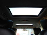 電動ツインサンル-フ装備!車内の空気の入れ替えや空の景色など鑑賞しながらのドライブが可能ですね♪
