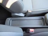 運転席と助手席の間には小物置きスペースが用意されています!