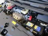 2,400ccのガソリンエンジンです。エンジンルームはボンネット裏からヒンジの奥まで油汚れを除去しています。