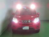 HIDヘッドライト装備。ルーフライトが付いていて暗所でも明るく照らします。