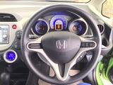 ハンドルの右側にあるボタンが高速クルーズコントロールです。アクセルペダルを踏まずに設定速度をキープ。高速道路でのドライブがラクに。