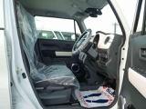 運転席の画像です。運転席はシートリフターで上下高さ調節が可能です。