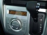 シフトレバーは手元が見えやすいインパネシフト、エアコンはフルオートエアコンです。