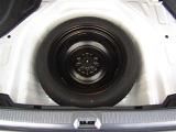デッキトレイの下に応急用スペアタイヤが搭載されております。