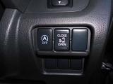 助手席電動オートスライドドアです。運転席からも操作ができて大変便利です。