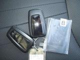 スマートキーを携帯していれば、キーを取り出さなくてもドアハンドルを軽く握るだけでロック解除、スイッチを押すだけでロックできます。