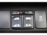 両側がオートスライドドアになっており、運転席のスイッチでもキーレスエントリーでも開閉が可能で便利に御利用頂けます。開口部も広いので乗り降りも楽々です!