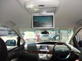 後席モニターを装備していますので後席に乗車される方にも快適な空間になります。後席でもTVや映画を楽しめるのでお子様もドライブを楽しめますよ♪