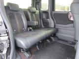 リヤシートは、2人ではゆったりと、足元も広いので楽に座れますよ!