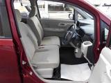 運転席側から見た前席内装です