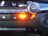 座面と背もたれを素早く暖め、寒い時期にも快適な運転環境を提供するシートヒーター。