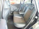 厚みのある座面の後席は足元にも余裕がありドライブ時も快適です。