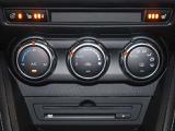 運転席、助手席に3段階調整式のシートヒーターを装備。オートエアコンなので温度を設定するだけで、吹き出し口・風量を自動的に調整してくれます。
