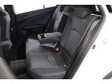 後部座席は座席の奥行きもあり、背の高い方でもゆったりと座れます。ドリンクホルダー付きのセンターアームレストを出せば適度なパーソナルスペースも確保できて快適ですよ。