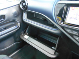 助手席前の、小物入れです、車検証などの保管に便利です