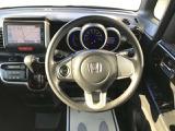 ハンドルのボタンでオーディオをコントロールできます。走行中にハンドルから手を離さずに音量やチャンネルをコントロールすることが可能です。