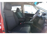 運転席のスペースはゆったりしていて、視界も広く確保されているのでロングドライブも快適に楽しめます。