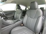 フロントシートは、背もたれから、サイド、肩、そして、ふとももの裏まで大きく包み込むようなつくりで、抱きしめられるようなホールド感を追求 ( 本革シート/運転席8ウェイ&助手席4ウェイパワーシート )