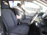フロントシートのお写真です。ゆったりと座れるシートになっており長時間の運転も疲れにくいです。
