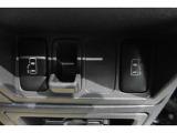 リアのドアは左右とも自動で開閉します どちら側からでも乗降性に優れます 力の少ない方が開閉するのに苦労したり半ドアの可能性が低くなります