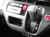 インパネシフトでフロントシートの足元もスッキリお使い頂けます!!パーキングブレーキは室内空間を有効に活用できるフットブレーキを採用♪