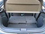 左右分割可倒式のリヤシートです。 片方をたたんで荷物を置いたり、両方たたんで広々スペースを作ることもできますよ。