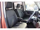 フロントシート。広い視界や、直観的に操作できるインパネレイアウトなど、見やすく、疲れにくい運転姿勢を提供しています。