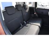 リヤシート。前後席間の縦移動、運転席・助手席間の横移動など、車内の行き来がスムーズなスペースを設けています。