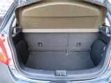 間口の広いラゲッジスペース。荷物の出し入れが楽にできて大変便利です。 リヤシートは6:4の分割になっていますので、乗車人数や荷物の量によってアレンジできます。