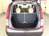 開口部も広く荷物の積み下ろしもしやすいお車となっております。シートは5:5の割合で背もたれを可倒できます。