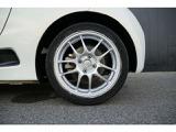 ホイールはスポーティーかつ軽量のエンケイホイールを装着しております。タイヤはそのまま純正を流用しておりますので、Fr15AW、Rr16AWとなります。