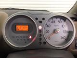 スピードメーターを大きく配した見やすいメーター部になっています。