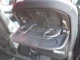 運転席と、助手席のシートの後ろに備え付けてある、シートバックテーブルは、ペットボトルはもちろん、小さいお子様のマグも入るようになっております~