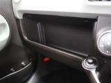助手席に小物をおけるトレイがあります!