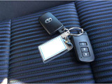 ポケットやバッグからキーを取り出さないで鍵の施錠、開錠ができるスマートキーが2個ついております。ドアハンドルに手を入れただけで鍵が開くのでとても便利です。