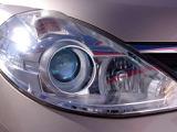 キセノンヘッドランプは、遠くまで明るく照らし夜間の安全運転をサポートしてくれます。