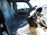 ゆったりと座れるフロントシート。シート生地はファブリックです。