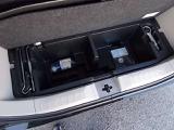 トランクボード下にも収納でき、後部座席下にタイヤパンク時の応急修理キットあります。