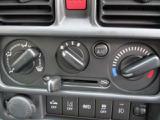 シンプルなダイヤルで操作性の良いマニュアルエアコン!暑い夏場も快適にドライブできます!