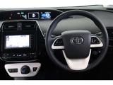 ステアリングは新品に交換してあります。ステアリングスイッチで【レーンアシスト】などの安全機能やオーディオ操作が出来ます。走行中に視線を逸らさず操作できますので、安全運転に役に立ちます!