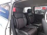 シートには、オットマン(足乗せ用ソファ)が、助手席と、後部座席の3シートに付いております。