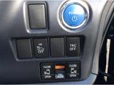 指1本でエンジンスタートできるプッシュスタートボタンです。両側電動スライドドアになっております。小さいお子様やご年配の方もレバー1本でラクラク開け閉めできます。ドアをぶつける事無く安心です。