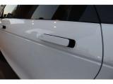 フラッシュディプロイアブルドアハンドルを採用、スマートなルックスと先進性を感じさせるデザインです。