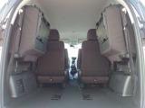 3列目のシートを跳ね上げると、ラゲッジスペースを広く使え、大きい荷物も乗せることが可能です。